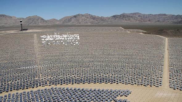 캘리포니아 Mojave 사막의 세계 최대 태양열 발전 시스템 가동.